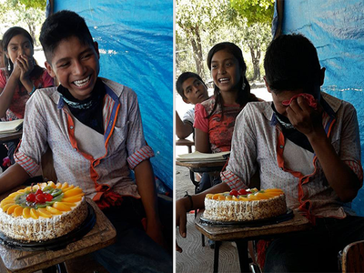 Una maestra en México sorprende a un alumno llevándole el primer pastel de cumpleaños de su vida