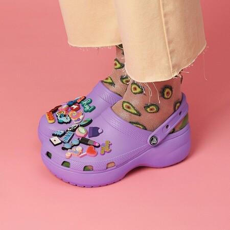 Cinco zuecos Crocs muy coloristas, originales y divertidos para crear los looks más locos (y cómodos) de la temporada