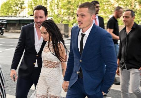 Zoë Kavitz y Karl Glusman celebran su cena pre-boda en Paris rodeados de amigos