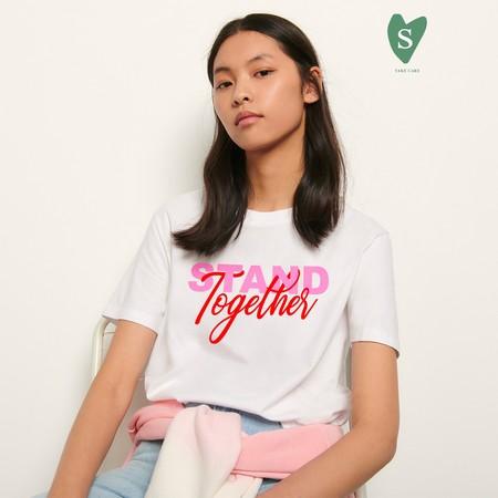 Sandro diseña dos preciosas camisetas solidarias para hombre y para mujer cuyas ganancias donará a Cruz Roja