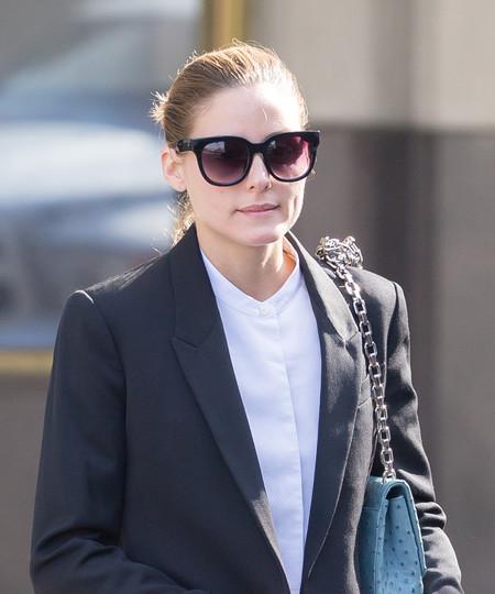 Olivia Palermo se anuda al hombro la cadena de su bolso para hacerlo más corto. ¿Será esta una nueva moda?