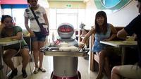 Un restaurante sirve platos cocinados por robots. Y los camareros también son androides