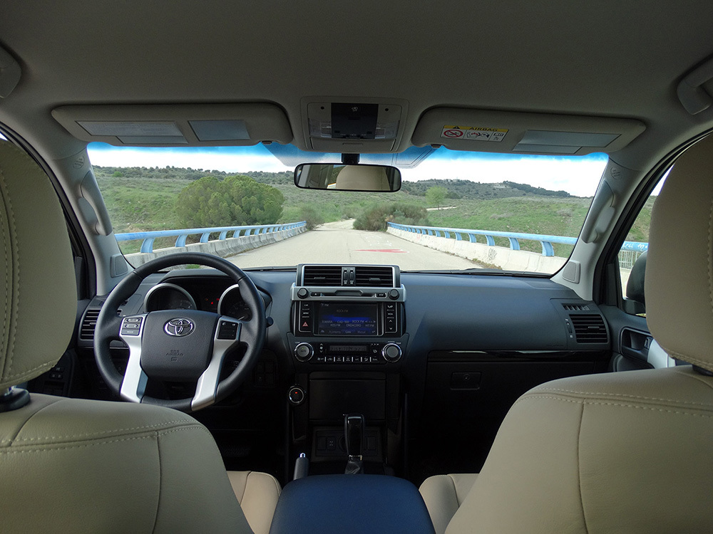 Foto de Interiores Toyota Land Cruiser 180D Auto VX Kirari Plus (1/14)