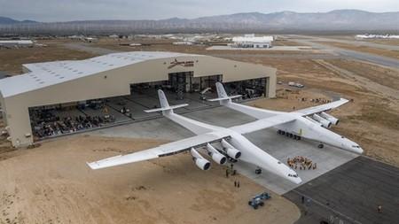 Este avión, el más grande del mundo, sirve para enviar cohetes al espacio