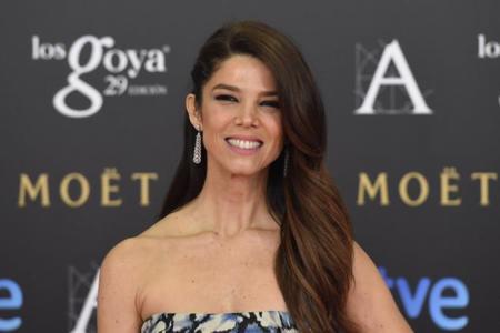 Juana Acosta, solo tú puedes brillar con un estampado floral en los Premios Goya 2015