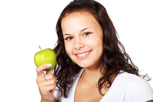 ¿Quieres tener una boca sana y lucir una sonrisa perfecta? Estos son los alimentos que pueden ayudarte