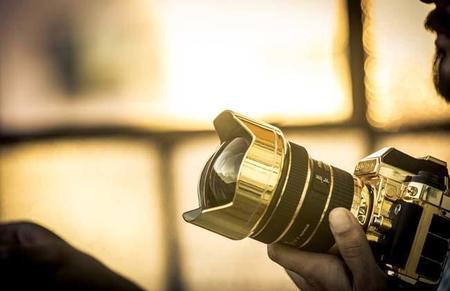 La cámara Nikon con piezas de Oro