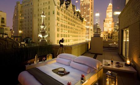 Pasar la noche a la luz de las estrellas en la terraza de un hotel de lujo en Nueva York
