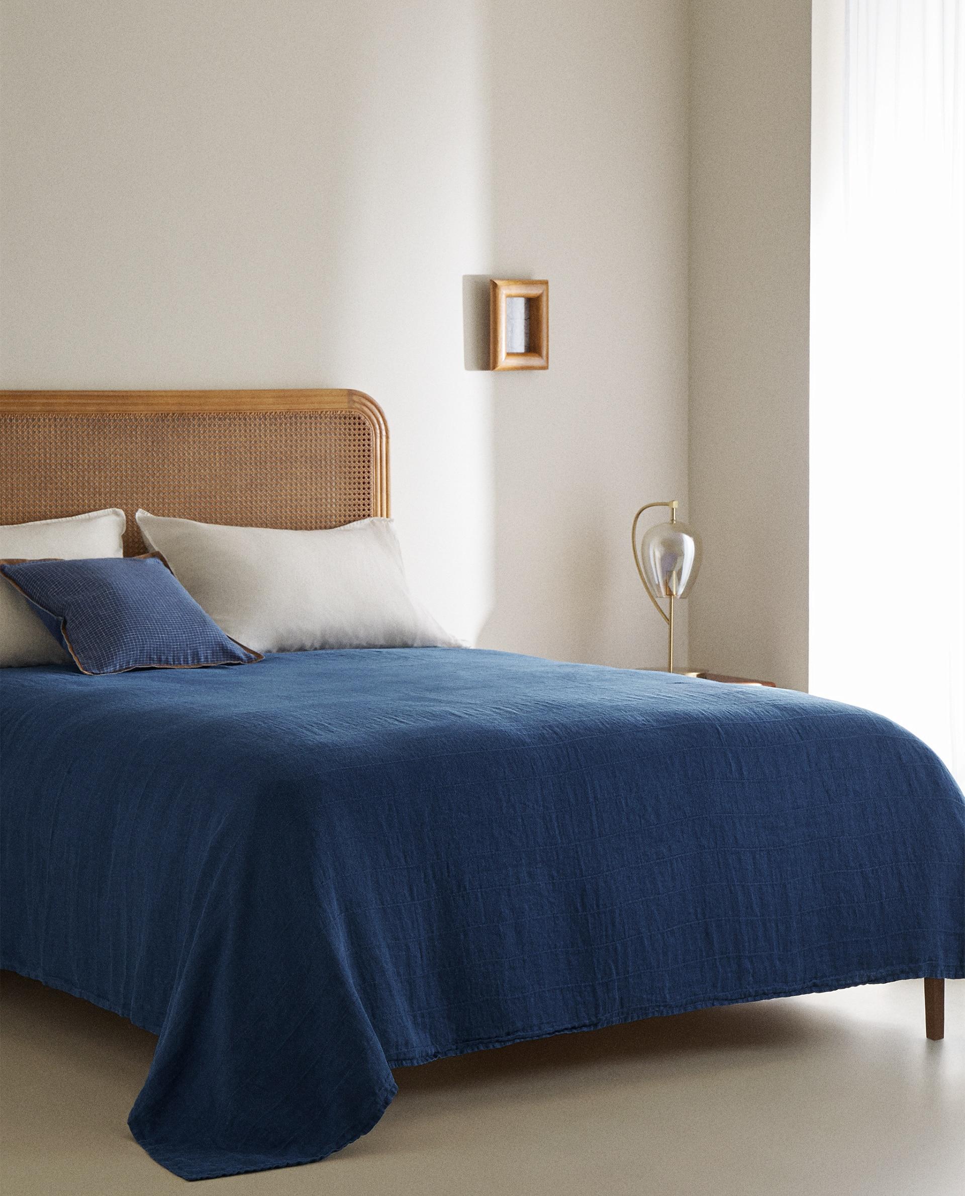 Colcha confeccionada con lino en color solido azul marino.