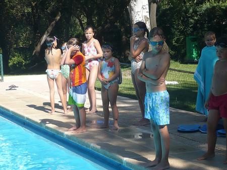 Juegos para peques en el verano: carreras de relevos en la piscina
