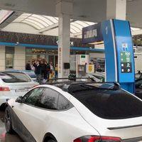 Me bloqueas mi cargador, te bloqueo tu gasolinera: el ojo por ojo de un grupo de propietarios de Tesla y otros coches eléctricos