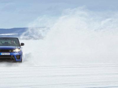 Así te lo pasas con un Range Rover Sport SVR sobre una réplica de Silverstone en un lago helado