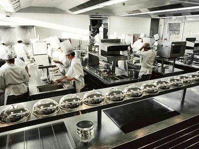 Cuánta gente trabaja en una cocina de lujo, qué hace cada uno y de qué se ocupan los becarios