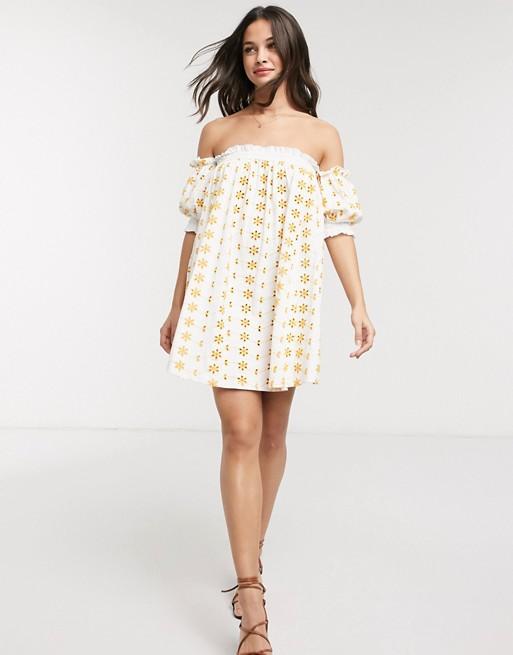 Vestido corto bardot con costuras en contraste en amarillo y blanco.