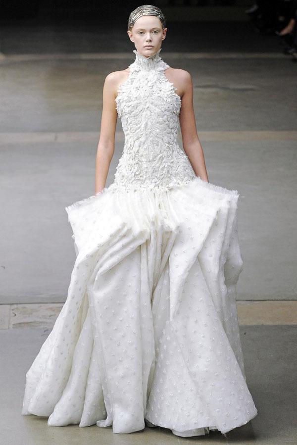 Foto de Alexander McQueen Otoño-Invierno 2011/2012 en la Semana de la Moda de París: Sarah Burton continúa con nota el legado (17/27)