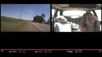 Este vídeo muestra cómo adolescentes distraídos con su móvil tienen accidentes de tráfico