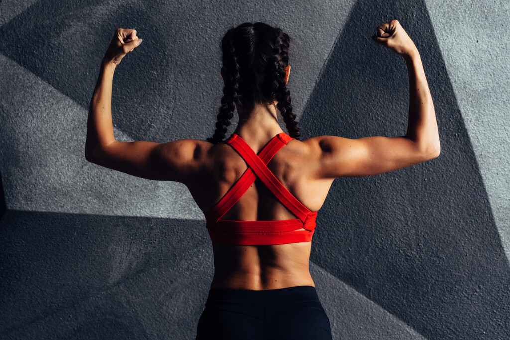 Cinco ejercicios con mancuernas y gomas elásticas para entrenar la espalda en casa y en el gimnasio