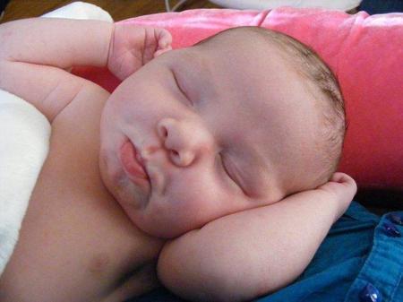 La mayoría de los bebés empiezan a dormir toda la noche entre los dos y los cuatro meses, según estudio
