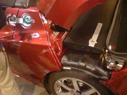 Enchufe de carga y tapa del motor del Tesla Roadster