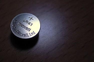 ¿Por qué es tan peligroso tragar una pila de botón?