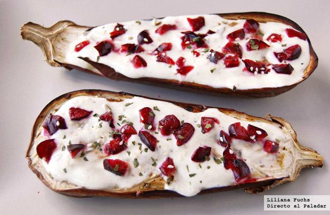 Berenjenas asadas con salsa de yogur y cerezas