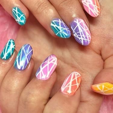 Los años 90 han llamado: quieren que les devolvamos sus uñas cromadas arcoíris, pero va a ser que no