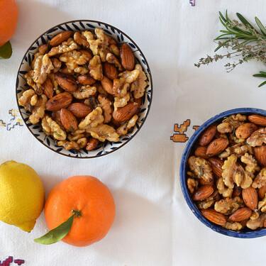 Nueces y almendras con romero, tomillo, mandarina y limón: receta fácil para lucir los frutos secos en tu mesa de picoteo