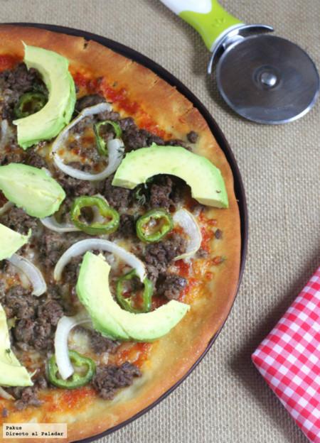 Pizza mexicana de carne, cebolla y aguacate. Receta