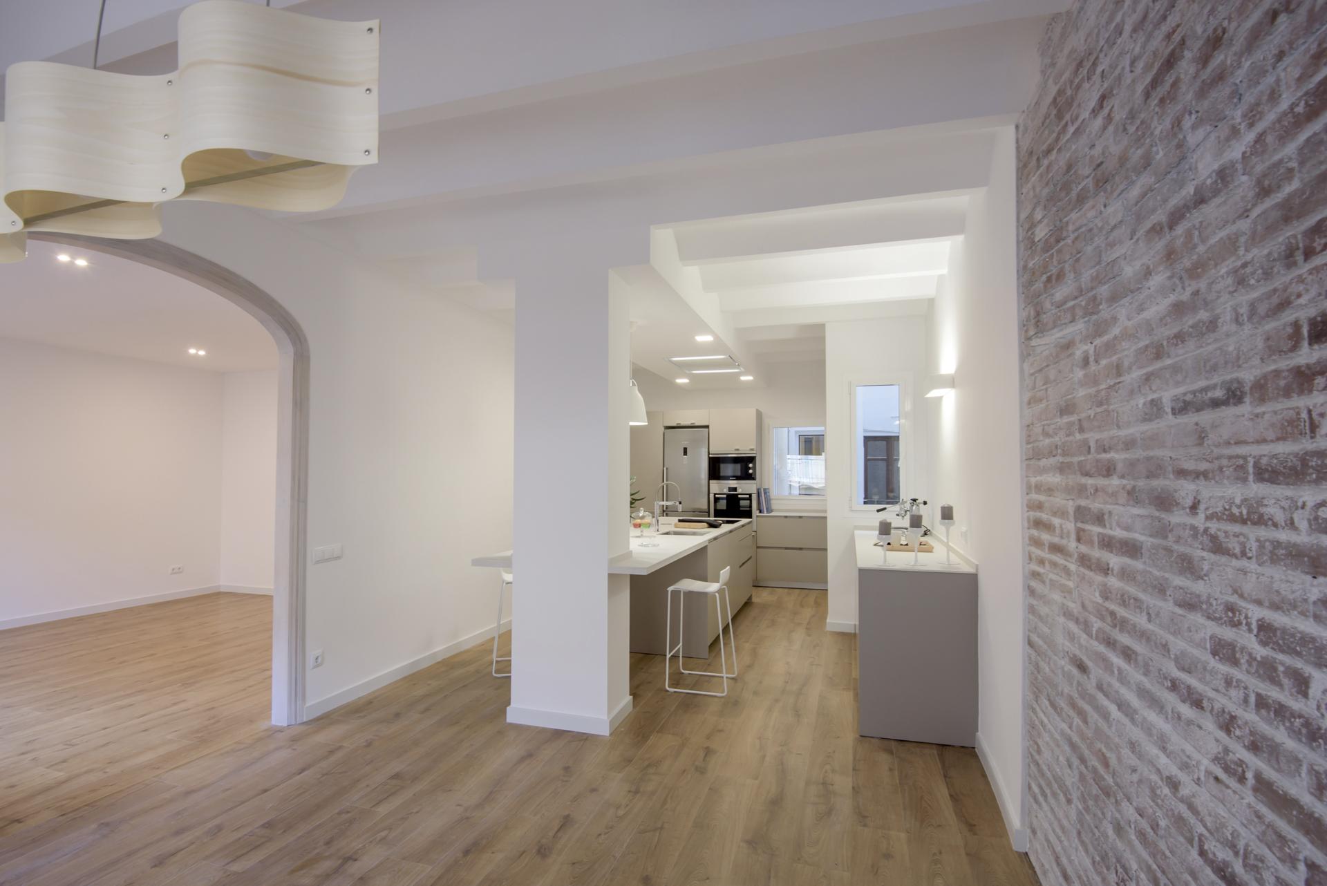 C mo integrar una columna en medio de una cocina for Cocinas abiertas con isla