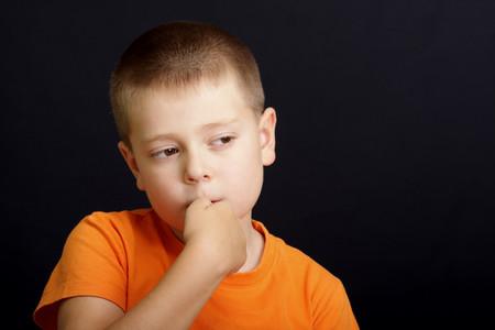 Mi hijo se muerde las uñas: por qué lo hace y cómo podemos evitar la onicofagia en la infancia