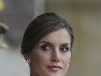 Doña Letizia se apunta al rosa cuarzo, el color de moda