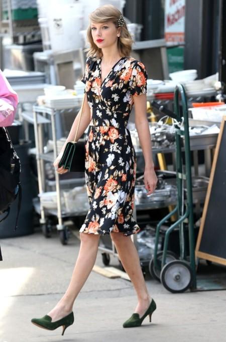 Duelo de estilos: las flores primaverales de Taylor Swift contra las de Emma Stone
