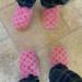 Las nuevas zapatillas de las hermanas Kardashian valen 1.100 euros, son de visón y las firma Louis Vuitton