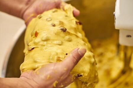 Los artesanos de Infermentum mezclando los ingredientes de su panettone