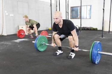Peso muerto, un ejercicio básico que no debe faltar en tu rutina