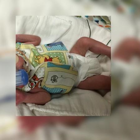 Una madre cose y dona camisas pensadas especialmente para bebés prematuros extremos