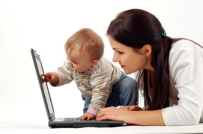 una mamá en el ordenador