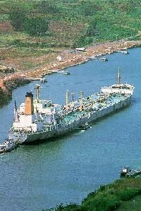 Barco atravesando el Canal de Panamá