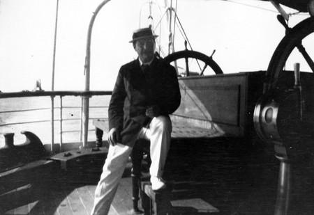Doyle en un barco por el Mediterráneo