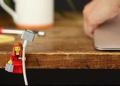 Cómo organizar los cables con minifiguras de LEGO