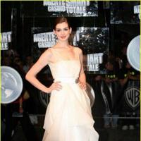 Anne Hathaway se viste de blanco Valentino