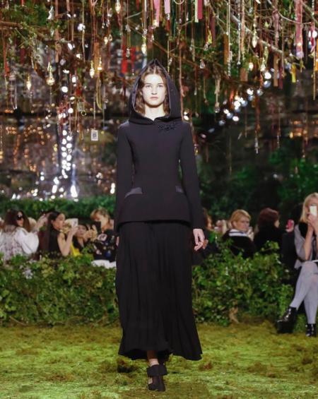 Maria Grazia Chiuri irrumpe con fuerza en su primera colección de Alta Costura. ¡Renace el Dior más perfecto de la mano del bucólico Valentino!