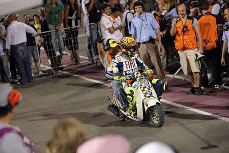 Valentino Rossi se cae haciendo motocross