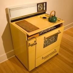 una-cocina-retro-convertida-en-sala-de-estar-compacta