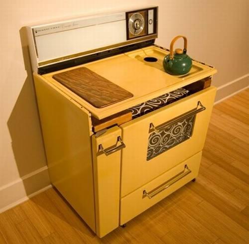 Foto de Una cocina retro convertida en sala de estar compacta (1/3)