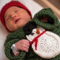 Un hospital viste a los bebés ingresados con jerseys navideños tejidos por enfermeras, y se ven así de adorables