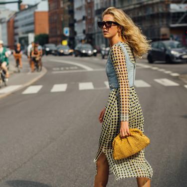 Fichamos la tendencia del street style que da una segunda vida a los vestidos: ahora se llevan con un corsé vaquero encima