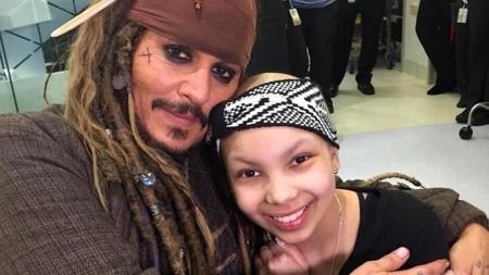 ¡Bravo Johnny Depp!: visita a los niños en el hospital vestido de Jack Sparrow