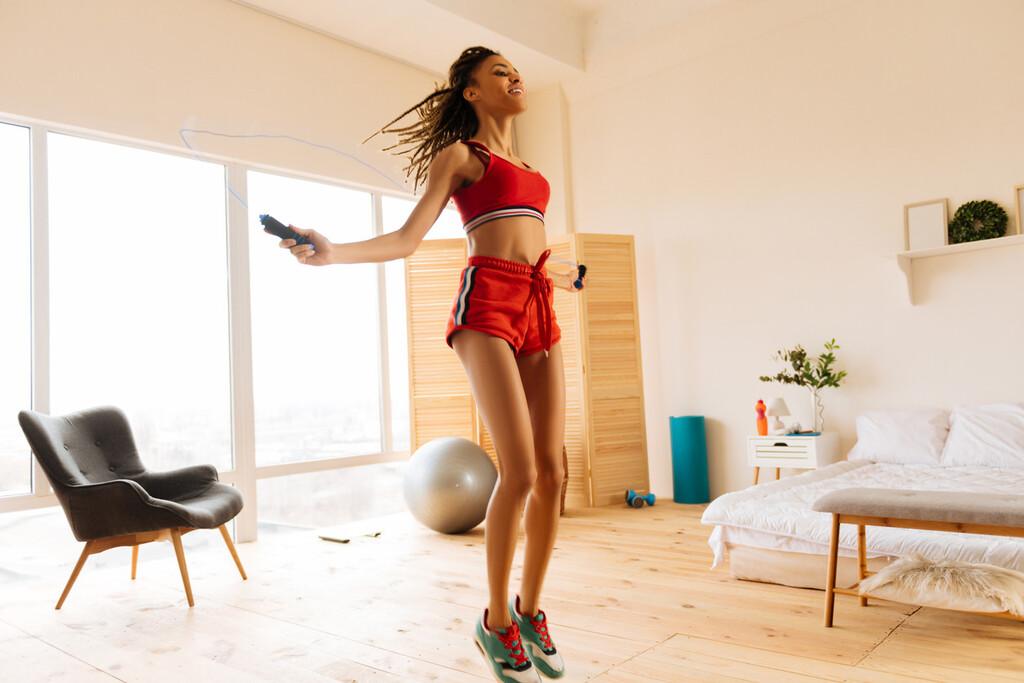 Ejercicio aeróbico en casa: una rutina con ejercicios que puedes hacer en tu salón