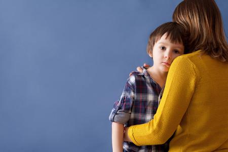 Madre con su hijo triste